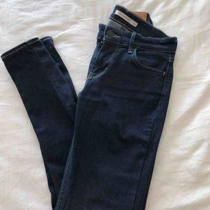 Helt nya jeans i stretchigt material! Super skinny är modellen på jeansen, dom är otroligt sköna och sitter perfekt. Låga i midjan och färgen är mörk blå. Köpta på Levis butik.  Storlek: 26 Original pris: 999kr