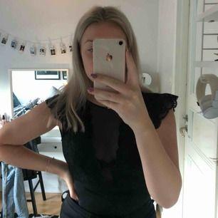 Svart body från Vero Moda har jag för mig, var populär för ca 2 år sedan! Denna är för liten för mig och säljer därför den!! Passar XS, köparen står för frakt!!