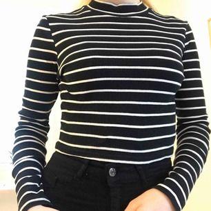 Randig, kort tröja som passar till det mesta. Har använt den flitigt, men fortfarande i fint skick. Frakt ingår i priset.