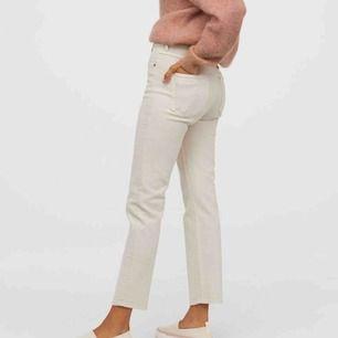 Skitsnygga beiga jeans från hm. Vintage slim, high waist. Bekväma och jag är 1,68. Använda fåtal gånger. Köparen står för frakt🥰