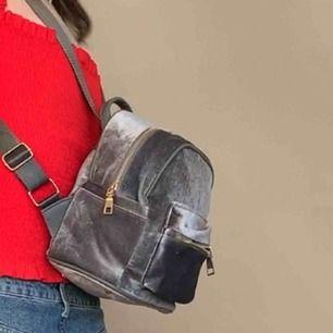 Grå sammet immitations mini ryggsäck! Kvaliten är inte topp men det syns inte och väskan får plats med ganska mycket i! Swish och fraktar❤️