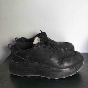 Säljer mina skor från eytys, knappt använda pga för små. Dessvärre ser dom ändå ganska slitna ut på bild.