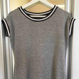 Grå stickad bomulls t-shirt säljes!!! Den är i ett väldigt bra skick och knappt använd.  Pris 20kr +59kr frakt