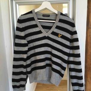 Grå svart stickad Lyle & scott vintage tröja i väldigt fint skick (knappt använd)  Pris 60kr +frakt