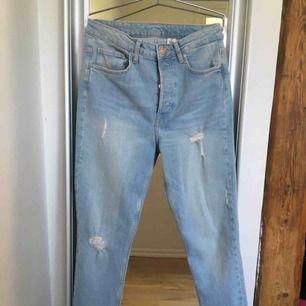 Ljusblåa vintage skinnet high waist jeans från h&m, inte använd en enda gång! Helt nya.  Säljes för bara 60kr +frakt