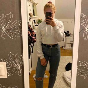 Ett par blå högmidjade jeans från BikBok i strl XS. Säljer då byxorna har blivit för små på mig🥰