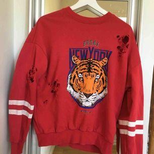 Röd tigertröja med hål från Gina tricot  Pris 80kr +frakt
