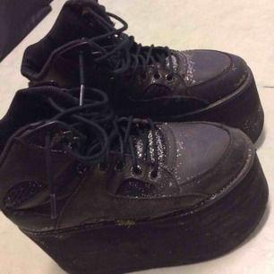 Äkta Buffalo skor, sparsamt använda. Sulan var lös så lämnar in de hos skomakare så de är så gott som nya.