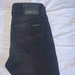 💞 Tajta, svarta jeans med grå blekning längst med benen från Nudie Jeans i stl 29/30. Säljer då de blivit lite för små. Annars är de använda få gånger och är i princip i nyskick. Köpare står för frakt