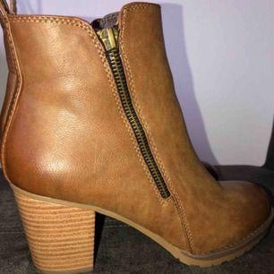 Helt oanvända skitsnygga bruna boots med klack, storlek 38. Inköpta från DinSko. Nyskick! Underbara nu till hösten🥰