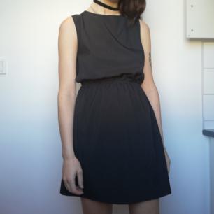 Väldigt mörkgrå (nästan svart) klänning med öppen rygg från Jeane Blush i stl S. Snygg att klä ner med chunky skor, höga Nike tubsockor och oversize jacka för en vardagslook som inte blir så uppklädd. Frakt 42 kr.