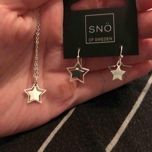 """Halsband och örhängen i form av silvriga stjärnor från märket """"Snö of Sweden"""" båda för 200kr, nypris 500kr för båda! Köpta på Åhléns. 200kr inklusive frakt💞"""