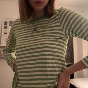 Långärmad, neongrön, vit, randig tröja från Monki i storlek S. Jättesnygg ha bara ha som den är eller ha den under tex en T-shirt!!! Frakt tillkommer!