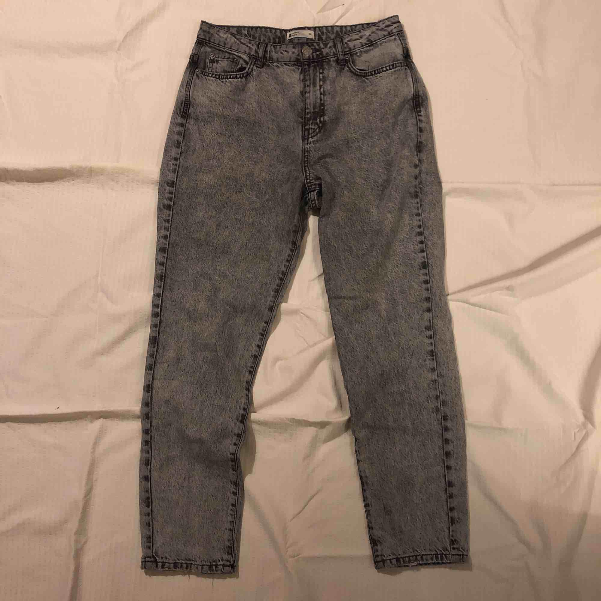 Ljusgråa mom jeans med mörka detaljer från Gina Tricot. Väldigt sällan använda. Köpta för 400 kr 💞. Jeans & Byxor.