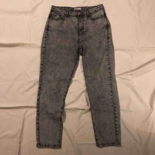 Ljusgråa mom jeans med mörka detaljer från Gina Tricot. Väldigt sällan använda. Köpta för 400 kr 💞