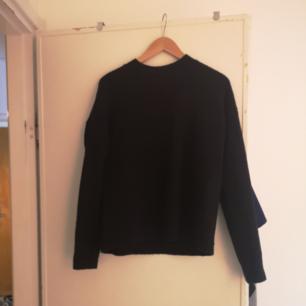 Superskön svart tröja från other stories storlek s. Fint skick! Möts i Stockholm eller skickar mot porto