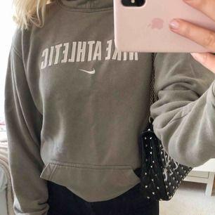 """Beige/grön Nike hoodie med texten """"Nike Athletic"""". Vintage, men mycket fint skick utöver små slitningar över fickan (se sista bilden) Barnstorlek XL så den sitter som en XS/S!"""