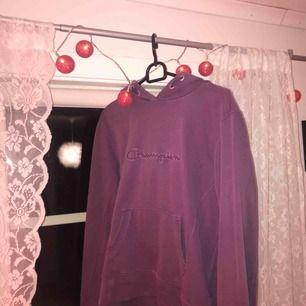 Lila Champion tröja med silvrig outline💜 Använd fåtal gånger så bra skick!