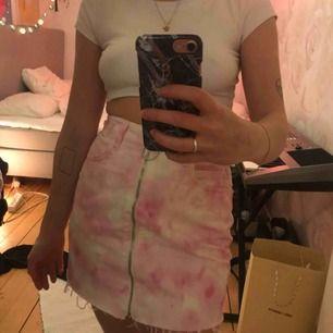 säljer min fina rosa/vita kjol från ASOS. Använd 1 gång så superbra skick! 200kr inkl frakt💓