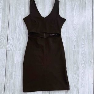 Svart kort klänning från Bik Bok storlek S, har cutout fram. Fint skick.  Möts upp i Stockholm eller fraktar. Frakt kostar 63kr extra, postar med videobevis/bildbevis. Jag garanterar en snabb pålitlig affär!✨
