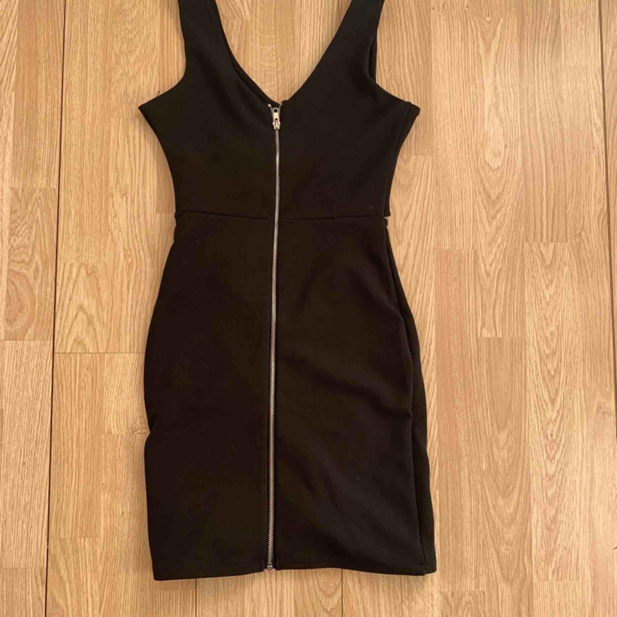 Svart kort klänning från Bik Bok storlek S, har cutout fram. Fint skick.  Möts upp i Stockholm eller fraktar. Frakt kostar 63kr extra, postar med videobevis/bildbevis. Jag garanterar en snabb pålitlig affär!✨. Klänningar.
