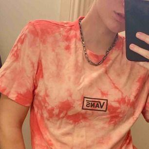 Snygg vans t-shirt i bra skick! Den är ljusrosa med rosa batikmönster. Frakt tillkommer ✨