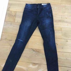 Mörkblåa jeans med ett hål vid knäet😍 helt nya!! Säljer dom för bara 30kr +frakt
