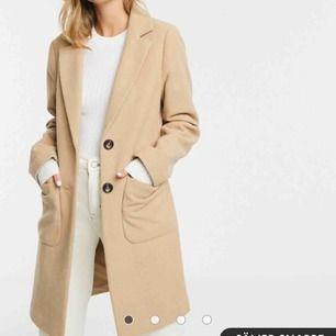 Supersnygg kappa säljes som bara är använd ett fåtal gånger!☺️ Köpt på Asos.