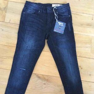 Mörkblåa jeans med ett hål vid knäet😍🤩 helt nya och aldrig använda!! Säljer dom för bara 50kr +frakt