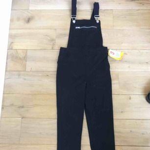 Helt nya jeans med hängslen från H&M, sjuuukt snygga!!!😍 dom är inte i min storlek och därför säljer jag dom, aldrig använda👌🏻 nypris 399kr säljer dom för 90kr +frakt