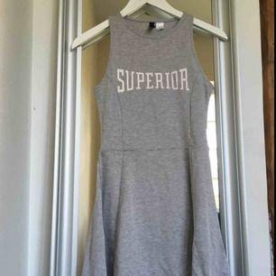 Snygg grå klänning med hål vid ryggen, från h&m🤩 använd ett antal gånger men är i jättebra skick!! Säljer den för bara 40kr +frakt