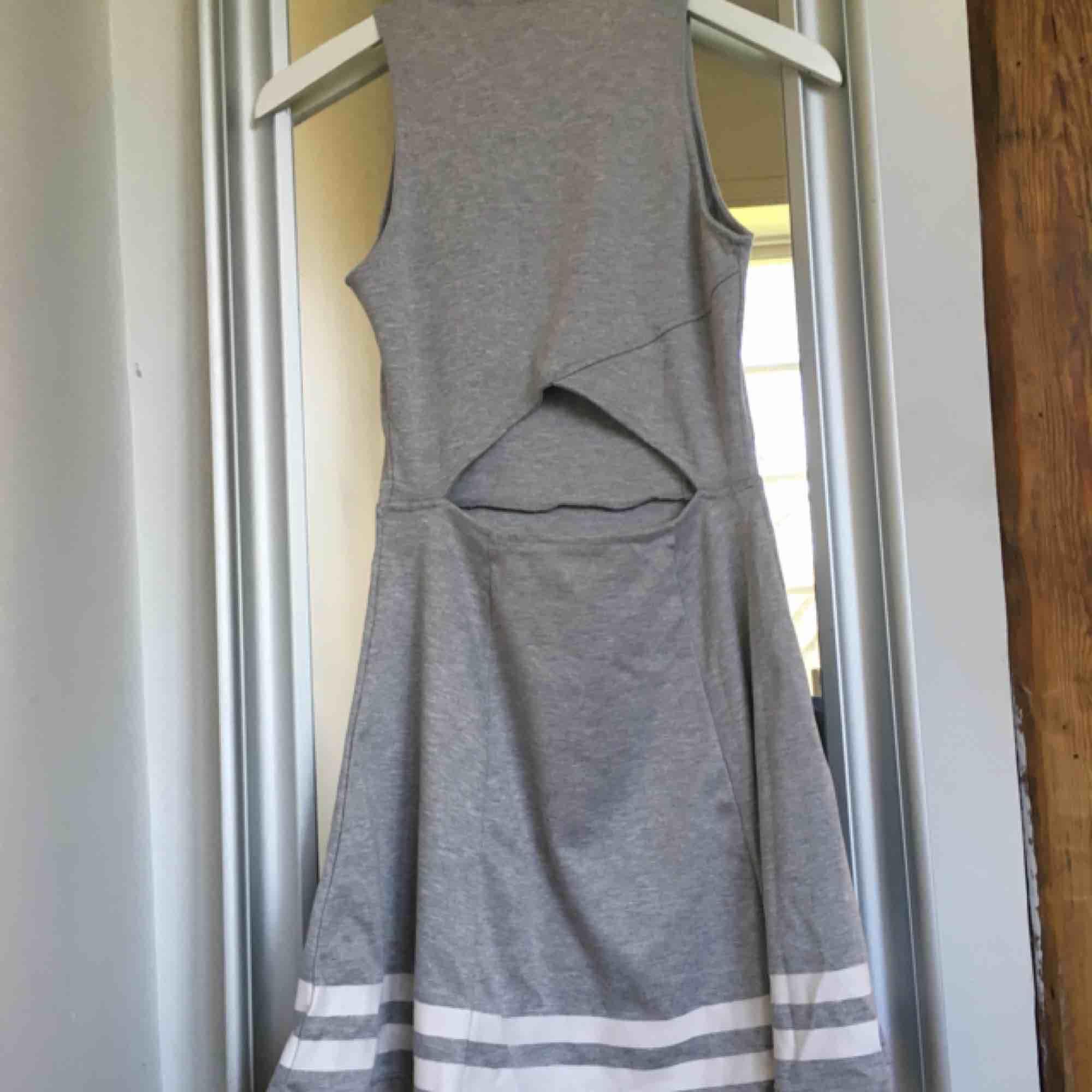 Snygg grå klänning med hål vid ryggen, från h&m🤩 använd ett antal gånger men är i jättebra skick!! Säljer den för bara 40kr +frakt . Klänningar.