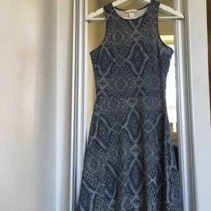 Skitfin marinblå klänning med ett vackert mönster!!😍😍 den är i väldigt bra skick och säljes för bara 40kr +frakt
