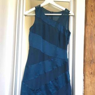 Väldigt fin blå klänning med ett silkeslent tyg😍 klämningen är aldrig använd och därför säljes den!! Perfekt till nyår eller när du ska på fest🎉 säljer den för bara 60kr +frakt