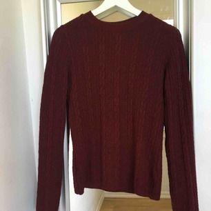 Vinröd stickad tröja knappt använd!! Perfekt nu till vinter när det börjar bli kallt🤧 säljer den för bara 30kr +frakt så passa på😉
