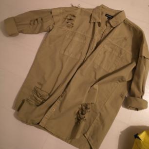 Oanvänd sliten skjorta i beige färg. Storlek 8, men rätt oversized.  Kan fraktas eller mötas upp i Falkenberg&halmstad