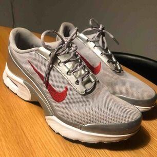 Nike air i silver/metallic  Knappt använda. Väldigt fint skick! Storlek 38,5