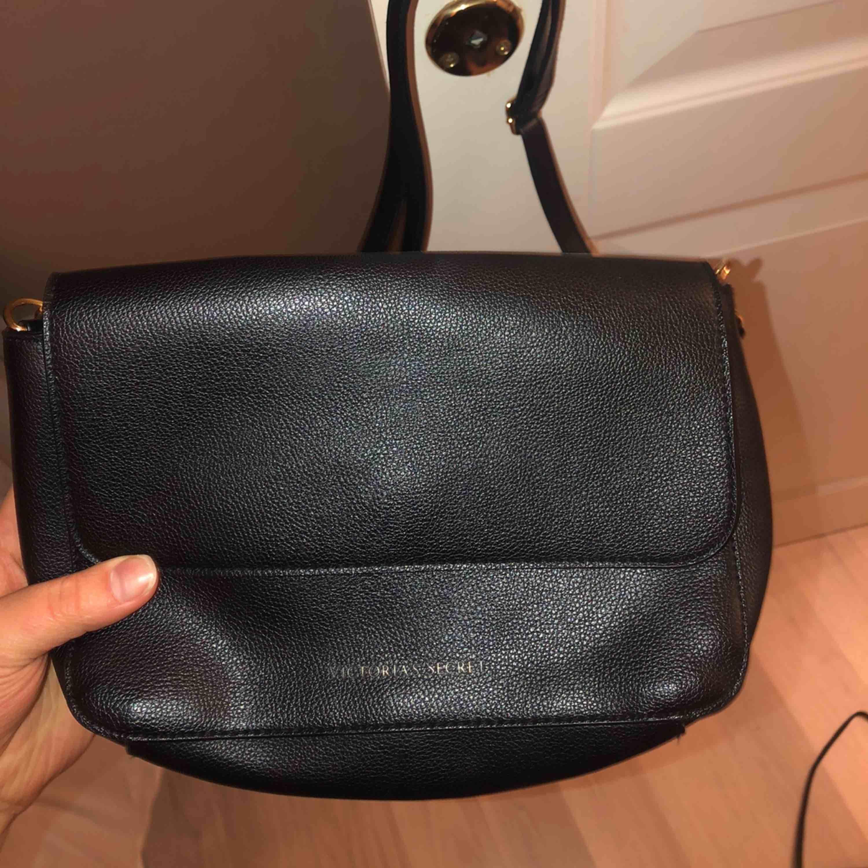 Supersöt och diskret väska från Victorias Secret. Inga skador eller dyligt. Väskor.