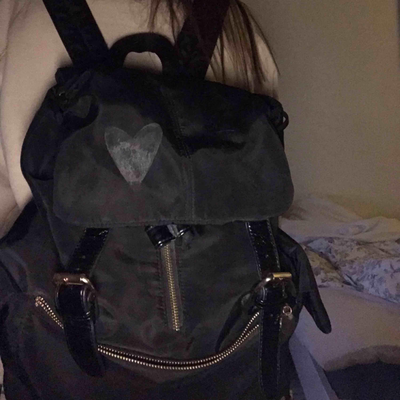 Säljer denna jätte fina väska, vet ej märker men är köpt i danmark för ca 1500, har ett märke för att det suttit ett klistermärke men de går att scrubba bort bara jag som inte orkat, den är andvänd men endå bra skick!! Super fin. Väskor.