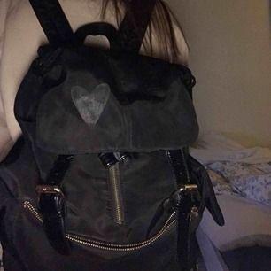Säljer denna jätte fina väska, vet ej märker men är köpt i danmark för ca 1500, har ett märke för att det suttit ett klistermärke men de går att scrubba bort bara jag som inte orkat, den är andvänd men endå bra skick!! Super fin