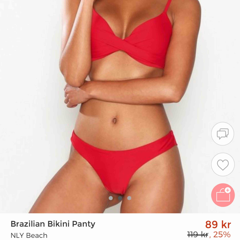 Röd bikiniunderdel 👙 Oanvänd, storlek S. 30kr.. Övrigt.