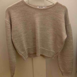 """säljer min """"cropped"""" stickade tröja från NAKD, aldrig använd endast provad. Köparen står för frakten vilket är 50kr 💖💖"""