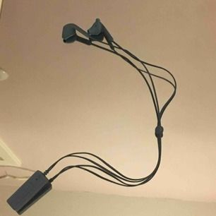 Dessa bluetooth hörlurar använder jag inte så därför säljer jag de.De kostade 500  när jag köpte de. ( har inte använt så många gånger )