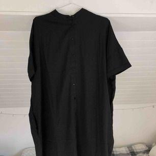 Snygg skjortklänning ifrån lager 157. Jättefin med ett skärp runt midjan!