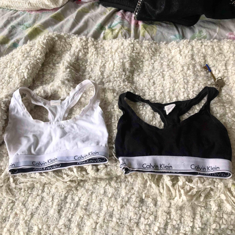 Två Calvin Klein toppar till salu🌸En vit och en svart i storlek XS, endast använda ett fåtal gånger så i bra skick. Säljer båda för 130kr eller en för 85kr. Möts upp i Göteborg, eller så står köpare för frakt✨. Toppar.