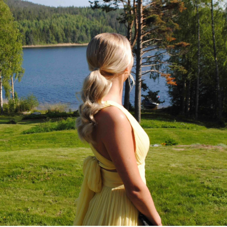 By Malina Allegra Dress i färgen gul💛 Inköpt för 4 745 kr 2019, använd en gång. Finns ej att köpa längre. Storlek S. Otroligt fin klänning, till bal, bröllop och andra event! . Klänningar.