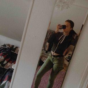 Säljer mina jättefina gröna jeans från Ginatricot. En av mina favoritbyxor förr men dem sitter lite för löst på mig :(