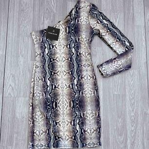 Ny snake print klänning med prislapp kvar från Parisian storlek S.    Möts upp i Stockholm eller fraktar. Frakt kostar 42kr extra, postar med videobevis/bildbevis. Jag garanterar en snabb pålitlig affär💫