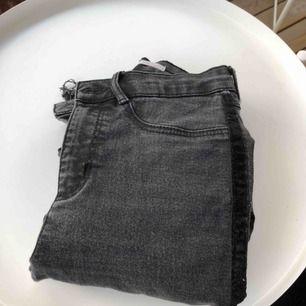 Skinny Jeans från Zara, med hål i knäna. Urtvättade, men jag kan faktiskt digga färgen. Sitter jättebra ä kring the 🍑. 60kr + frakt🥰🥰