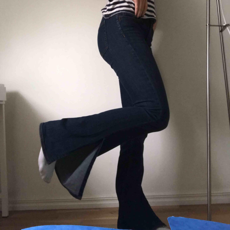 Mörkblåa bootcut jeans från Zara med slits längst ner. Skitsnygga!!! Men knappt använda... storlek 36 - 200kr. Nypris 500kr. Jeans & Byxor.